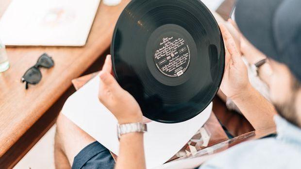 Eine Vinyl-Platte frisch aus der Verpackung.