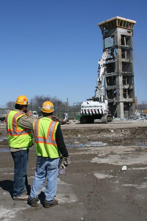 """Todesurteil für einen Knast: """"Mega Breakdown Recycling XXL"""" begleitet den Abriss des """"Riverfront State""""-Gefängnisses in New Jersey. - Bildquelle: NGT"""