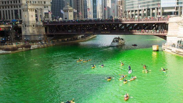 Am St. Patrick's Day wird der Chicago River grün eingefärbt.