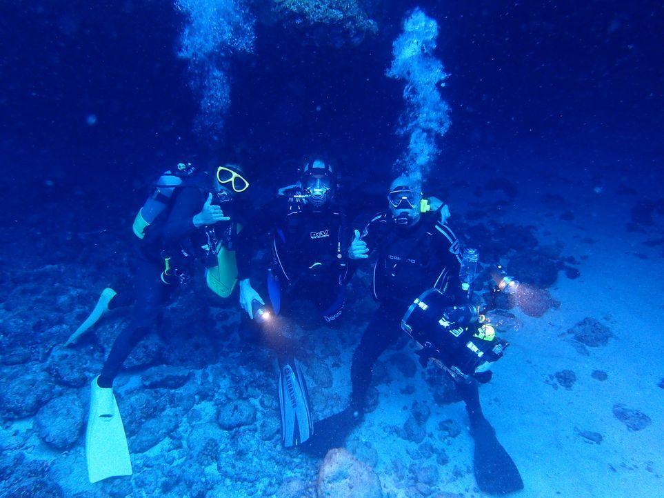 Josh Gates (M.) reist nach Japan, um dort nach einem Wasser-Phänomen, das auch als Atlantis Japans bezeichnet wird, zu suchen ... - Bildquelle: 2015,The Travel Channel, L.L.C. All Rights Reserved