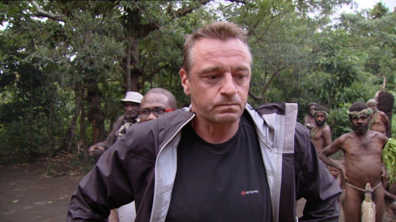 Trotz der vielen Naturkatastrophen, von denen die Inselgruppe Vanuatu regelmäßig heimgesucht wird, wagt Tom Waes eine Reise dorthin. Sie beginnt auf... - Bildquelle: 2013 deMENSEN