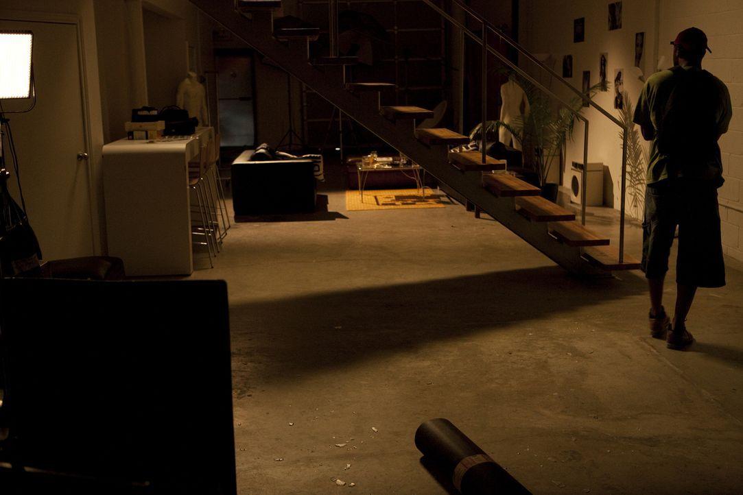 Der Killer auf der Jagd: Wer ist der Unbekannte (r.), der Hollywood-Fotograf Roland Kuster in seinem Loft ermordet hat? - Bildquelle: Jeremy Lewis Cineflix 2010